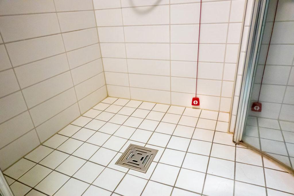 Praktische Hilfsmittel und Notfallschalter für das seniorengerechte Bad