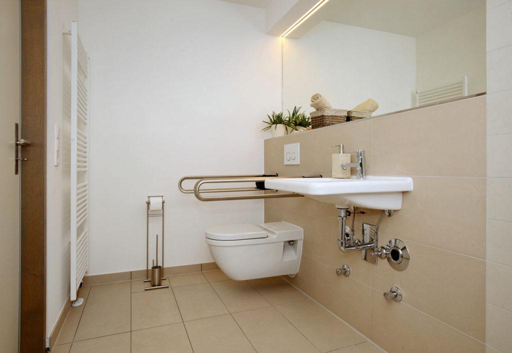 Altersgerechtes Bad mit viel Platz und Haltegriffen